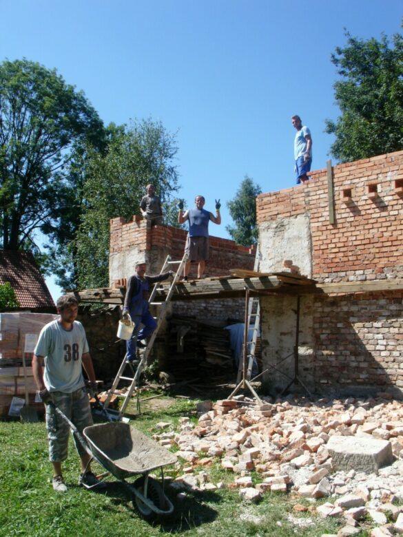 Stodoly po destrukci a nyní